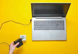 L'ordinateur portable est branché mais ne se charge pas ? 8 conseils pour résoudre votre problème